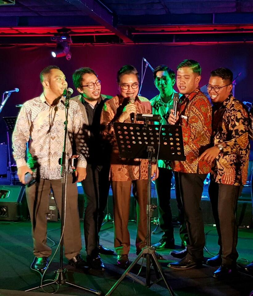 Advokat Boris Tampubolon (Bernyanyi bersama)