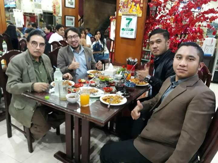 Boris Tampubolon dan Bapak Hotma Sitompoel bersama Tim makan bersama